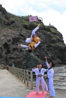 韓国体育関係者、独島で「旭日旗」粉々に…「日本、領土表示の是正を」