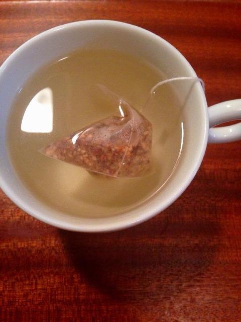 とうもろこし茶をいれる
