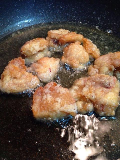 鶏に片栗粉をまぶして揚げる