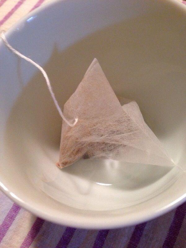 黒豆茶のティーバッグを熱湯に浸す
