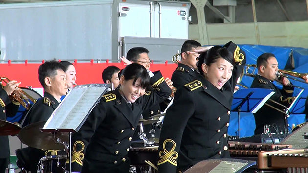 ももクロ 女性自衛官が踊る! Z伝説~フライングゲット 佐世保音楽隊