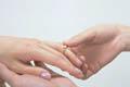 結婚指はをはめる瞬間