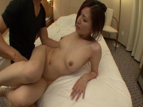 【椎名ゆな】巨乳人妻の椎名ゆながホテルで不倫相手の肉棒挿入されてイキまくり!
