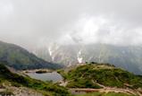 八方池と雲に隠れる白馬連峰