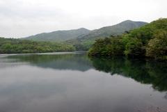 築水池に映る弥勒山