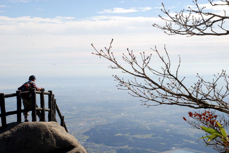 山頂から伊勢湾と濃尾平野を望む
