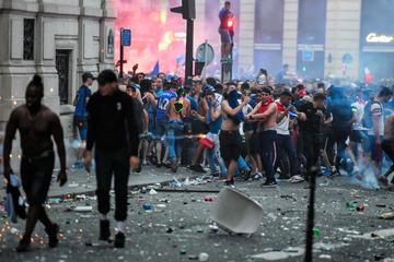 フランス、W杯優勝に歓喜…ビール瓶を投合って店舗から商品略奪、催涙ガス散布しながら喜びを表現