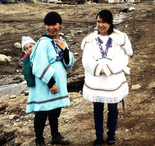 637px-Inuit_Amautiq_1995-06-15 イヌイットの女性  monado