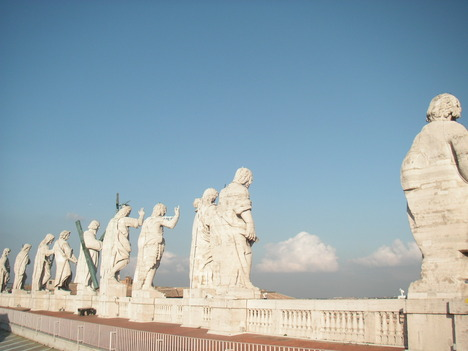 屋上の聖人達