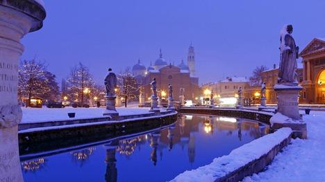 130322雪積もる夜の噴水広場@イタリア パドヴァ