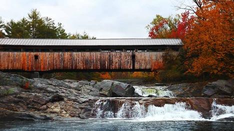 131025紅葉で飾られた屋根付き橋@アメリカ ニューハンプシャー州