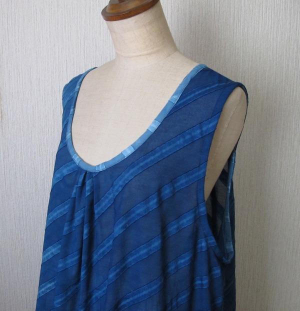 藍染めエプロンドレス胸元