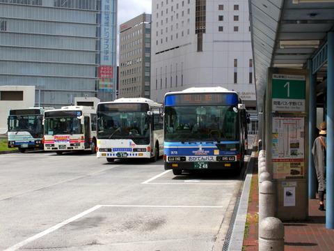 岡山駅前で待機する路線バス