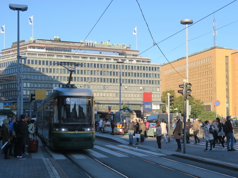 ヘルシンキ中央駅前の路面電車