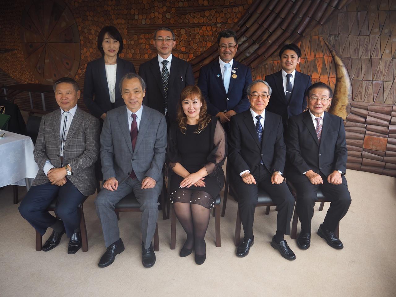 記念写真に納まるツェツェグジャルガル校長(前列中央)と柳澤学長