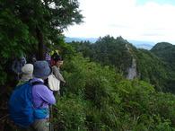 畝傍山眺望所での藤原さんの地質説明