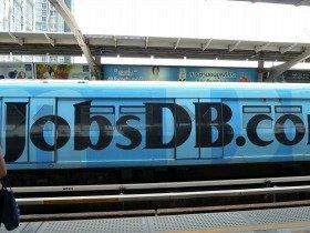 バンコクの電車が人材会社の広告でラッピング。普通の人にとって転職は日常茶飯事です