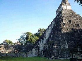 長くて急な階段の先には、きっとなにかある! グアテマラ・ティカル遺跡のピラミッド