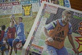 本田選手がスポーツ紙の1面を飾ることは珍しくない。次なる挑戦は? 東京スポーツ(左)とサンケイスポーツ、2014年6月紙面より