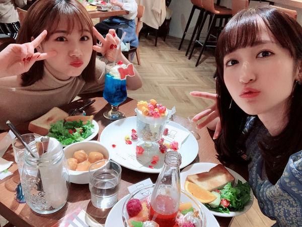 石田亜佑美と山木梨沙さん、コナンカフェで豪遊