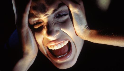 frau-schmerzen-schrei