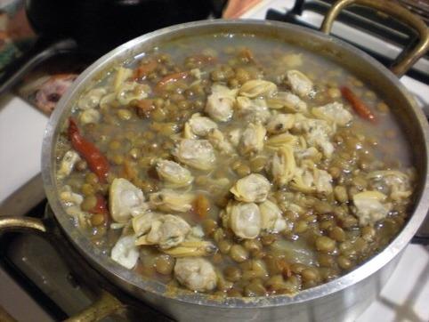 アサリ汁を鍋に入れて・・