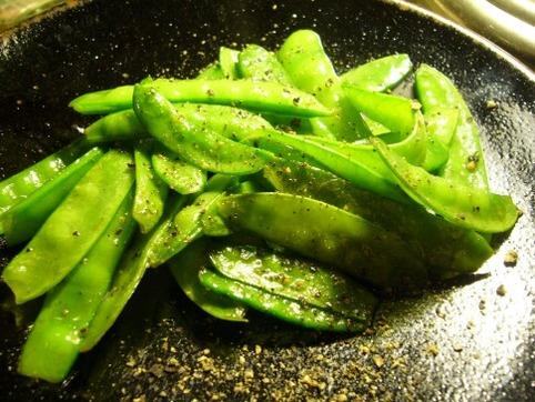 オリーブオイル&塩&胡椒で炒めたえんどう豆