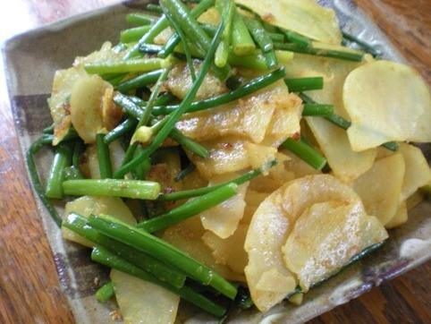 花ニラとジャガイモのカレー炒め
