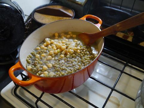 茹でた豆と汁を加える