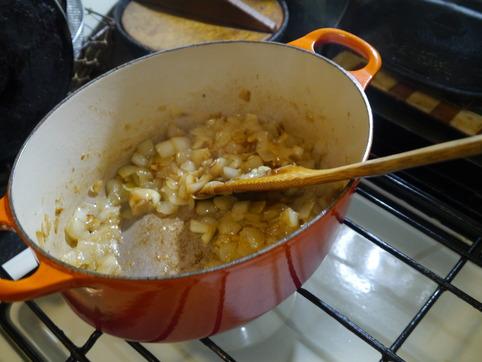 ニンニクと玉葱を炒める