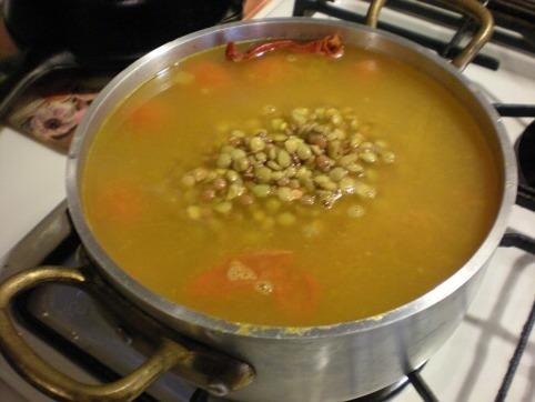 レンズ豆と水を入れる