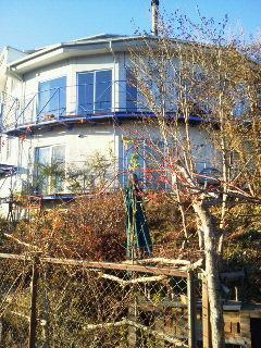 庭から見た家