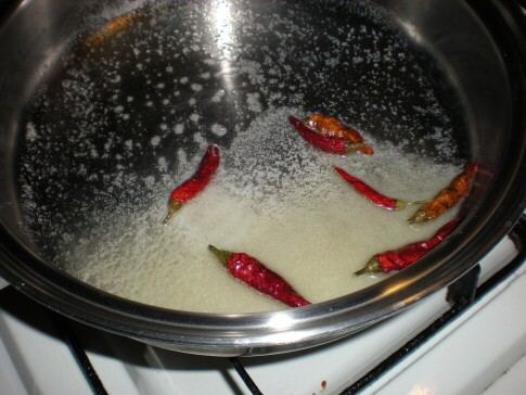 唐辛子を炒める