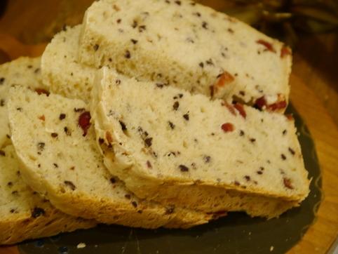 粗挽きカカオ豆とクランベリーのパン
