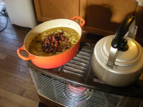 豆を入れて(茹で汁ごと)