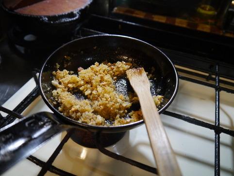 ニンニクとパン粉を炒める