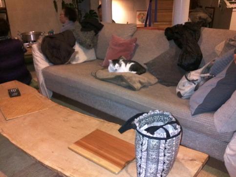 暖炉の前のソファ