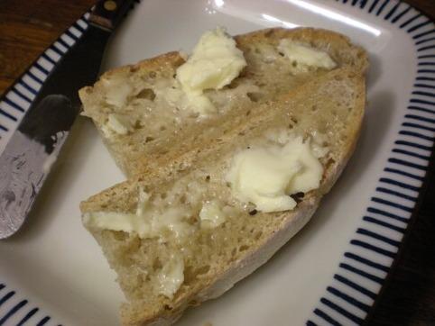 田舎パンに発酵バターが合う☆