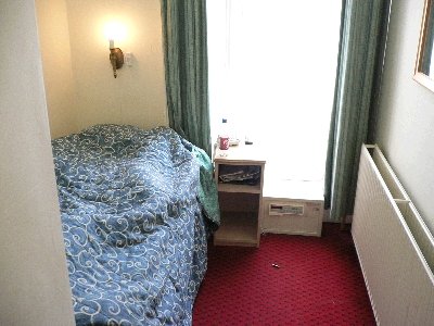 ベッドきっちり二個分の部屋