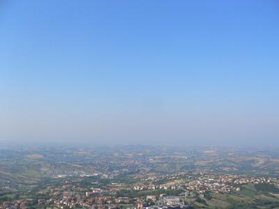 青い空、緑の平原
