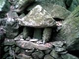 八多五滝、最後の滝の近くに置かれていた石飾り。