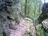 険しい山道。