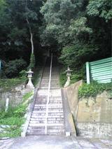 新羅神社境内の階段。
