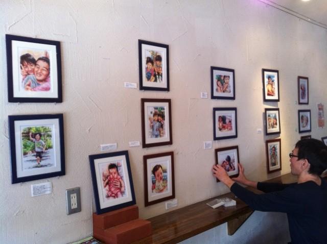 スタジオシュガー7の長崎氏による『子供たちの似顔絵』展