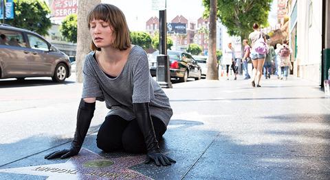 ミア・ワシコウスカ演じるアガサはクラリスの星の上に跪く。