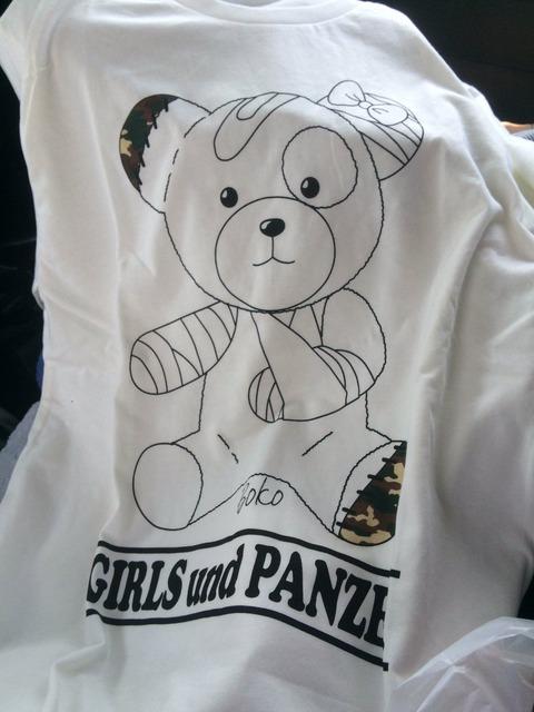 《ガルパン》のシャツをしまむらで買ったんだけど、これ着るの勇気いるな
