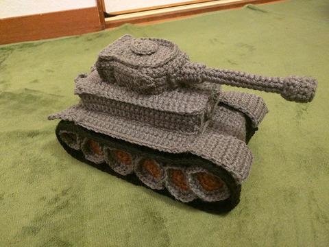 《ガルパン》にハマったある母親が手編みで作った戦車が凄すぎる!!!