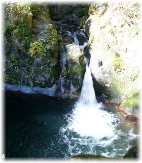 吊り橋から見えていた小さな滝がこちらの【汐見滝】です