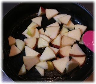 バターでリンゴを炒める