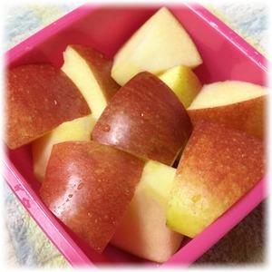 リンゴ半分をギュッと詰めた